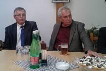 Kandidáty do krajský voleb (na snímku vlevo Bohuslav Borovanský) přijel v úterý do Plzně podpořit i čestný předseda SPOZ Miloš Zeman