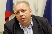 Hejtman Milan Chovanec dorazil do sídla ČSSD v Houškově ulici v době, kdy bylo prakticky sečteno. Poznamenal, že Pospíšil byl silnější soupeř, ale vítězství ODS v Plzeňském kraji označil za Pyrrhovo.