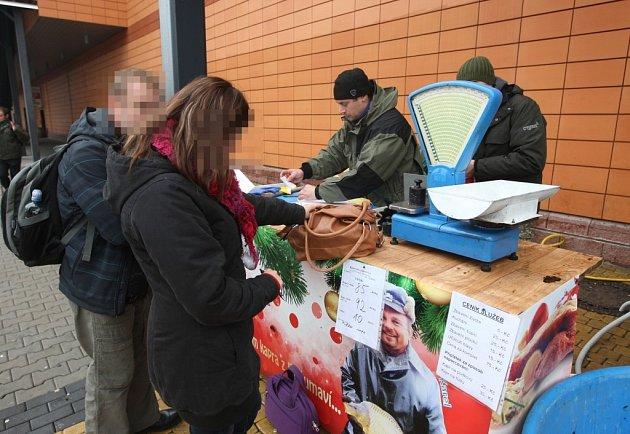 Kontroloři České obchodní inspekce si posvítili na prodej kaprů v Plzni