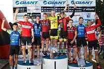 Po finálovém závodě  Giant ligy  bylo oceněno nejlepších deset cyklistů  série – na nejvyšším stupni zleva druhý Tomáš Holub, vítězný Jiří Nesveda a bronzový Tomáš Medek.