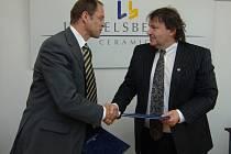 Generální  ředitel společnosti Lasselsberger Roman Blažíček (vlevo)  spolu s prezidentem hokejového  klubu Tomášem Králem  stvrzují  pokračování  spolupráce