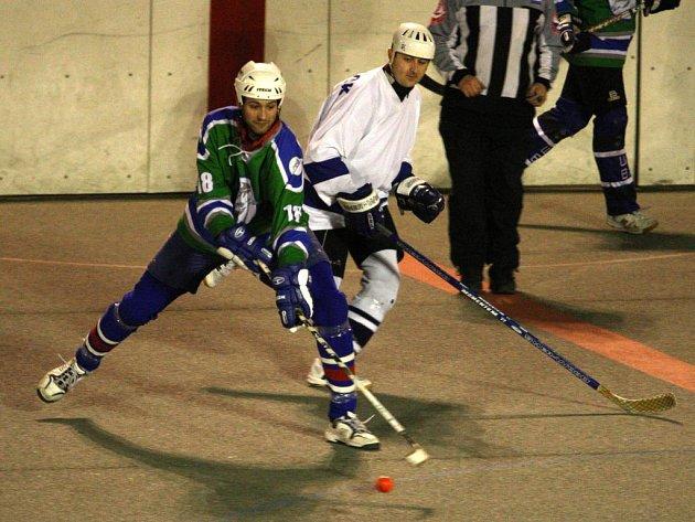 Michal Edl (vlevo) ze Škody Plzeň si kryje míček před dobřanským Tomášem Hajnou v hokejbalovém přípravném utkání, které se hrálo v úterý ve Štruncových sadech