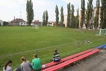 Víceúčelové hřiště by mělo vyrůst za fotbalovou brankou (vzadu) v areálu TJ Sokol Letná v Rodinné ulici v Plzni