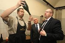 Výrobní ředitel staroplzenecké společnosti Bohemia Sekt Josef Švéda (vlevo) ve čtvrtek provedl společně s generálním ředitelem firmy Josefem Vozdeckým ministra zemědělství Ivana Fuksu výrobou sektů