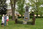 Minuta ticha pro padlé vojáky v I. světové válce. U pomníku Anna Kadlec Valentová, Vítězslav Opálko a Eva Horová se členy klubu 3. Armády Plzeň.