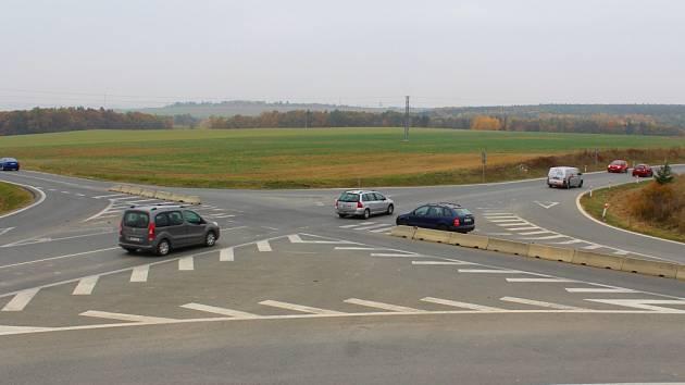 Příští čtvrtek se silničáři dají do práce a na začátku prosince už bude z klasické křižovatky mezi Letkovem a Božkem křižovatka okružní