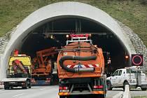 Pondělní nehoda v dálničním tunelu Valík