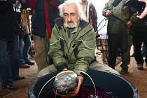 V pondělí se v zoo představil nový sumec. Do rybníka v nové expozici ho vypustil Zdeněk Soukup (na snímku)