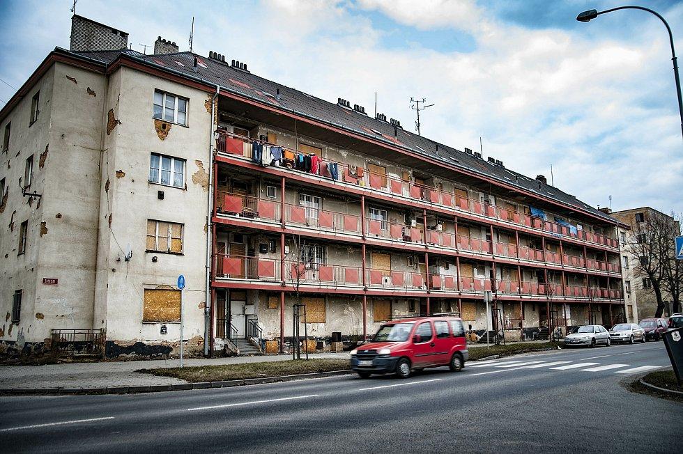 Zchátralý pavlačový dům na Jateční ulici v Plzni.