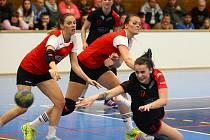 DERBY. Linda Galušková z DHC Plzeň (na zemi) bráněná Lucií Pešičkovou (vlevo) a Petrou Drozdovou z HC Plzeň.