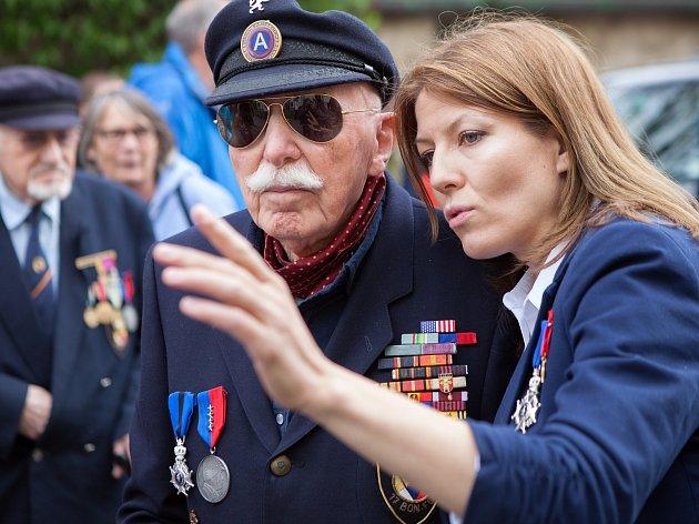 Pavla Kocourková nedávno získala belgický rytířský řád za propagaci belgických veteránů. S některými z nich během letošních Slavností svobody začala natáčet dokument. Na snímku je s Louisem Gihoulem.