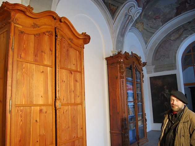 Knihovní skříně, které se vrátí do Plaského kláštera, udivují především svými impozantními rozměry. Jsou téměř čtyři metry vysoké. Pro restaurátora Vladimíra Hrubého (na snímku) znamenaly náročnou, skoro dva roky trvající práci