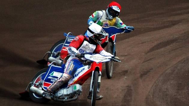 Plzeňský Michael Hádek (vzadu) bojuje ve středečním závodě juniorského mistrovství republiky s Martinem Gavendou z Markéty Praha. Konečné třetí místo si nakonec ohlídal pražský závodník, Hádek skončil v šestidílném šampionátu čtvrtý