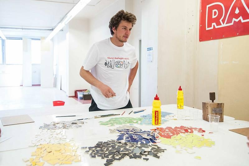 Bývalý OD PRIOR NA AMERICKÉ, 2. PATROworkshop – tvorba mozaiky z dlaždic s Hugo Davidem Wirthem, sochání z porobetonu s Danielem Doležalem.