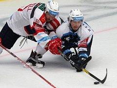 Hokejisté HC Škoda Plzeň (modrobílé dresy) nastoupí k zápasu s osmými Pardubicemi.