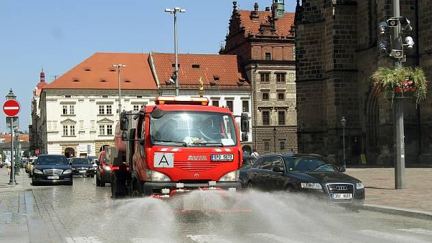 Kropicí vůz kropí komunikace v centru západočeské metrolpole. Na snímku náměstí Republiky.