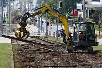 Nové koleje pro tišší jízdu a zelený tramvajový pás přinese modernizace tramvajové trati linky č. 1 v úseku Bolevecká náves - konečná Bolevec. Po dobu rekonstrukce je zavedena náhradní autobusová doprava. Oprava je plánována do 18. listopadu.