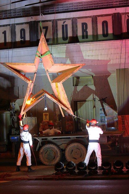 Plzeň - sundavání hvězdy z budovy UV KSČ
