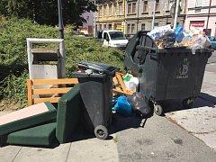 Nepořádek a přetékající popelnice v Plzni na Husově náměstí, kde jsou i nemovitosti vlastněné městem. Majitelé nemovitostí tu mají povinnost sklízet popelnice do domů