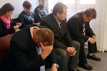 V první řadě zleva: David Bojo, Petr Holman a Petr Kuncendörfer