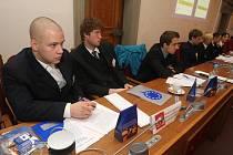 Hájit práva občanů Evropské unie zkusili včera studenti z středních škol z Plzeňského, Karlovarského i Jihočeského kraje. Ti nejšikovnější se za odměnu podívají do Evropského parlamentu ve Štrasburku