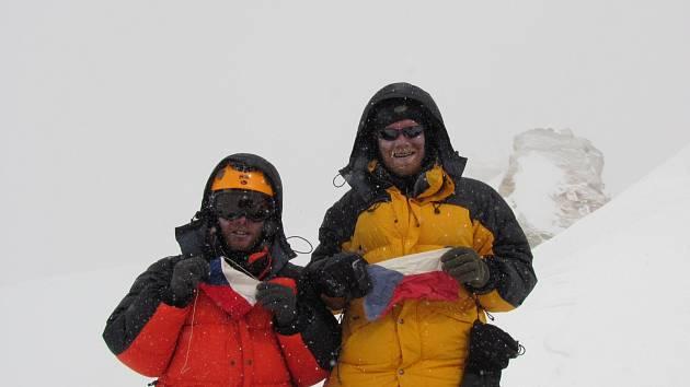 Plzeňští horolezci Honza Trávníček a Kuba Vaněk na vrcholu Manaslu 8163 m v roce 2011