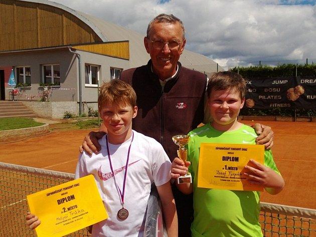 Jiří Hrdina (uprostřed) v současnosti na kurtech TK Škoda Plzeň rozvíjí talent mladého tenisty Josefa Tyrpáka (vpravo), na snímku je ještě Matyáš Trůka