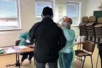 V hasičárně na Doubravce zdarma testují občany na covid-19.
