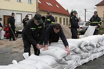 Hasiči připravují v Městě Touškově hráz z pytlů s pískem