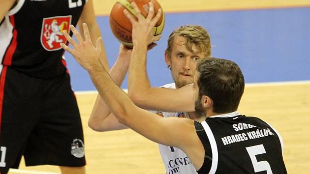 DVANÁCTI BODY  přispěl na konto Lokomotivy v utkání s BC Vysočina Jaroslav Lejsek (na archivním snímku v bílém), k zisku bodů v duelu s lídrem tabulky to však nepomohlo.