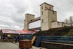Brána borců se otevřela v r. 1955 při spartakiádě. Je ve špatném technickém stavu, radnice ji nechá zbourat.
