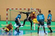 Karel Šmíd v zákroku proti střele Martina Březiny z Dukly Praha v semifinále play-off extraligy házené.