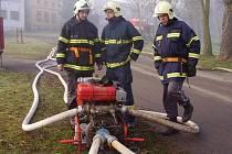 Z mašiny do mašiny je poháněna voda při dálkové dopravě, kterou na snímku předvádějí hasiči z Nýřanska