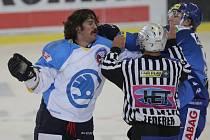 Americký útočník Ryan Hollweg (na snímku vlevo) při rvačce s brněnským Janem Švrčkem (vpravo).