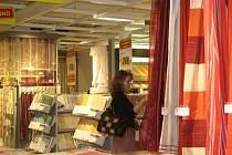 Jedna z prvních zákaznic plzeňského obchodního domu Kika si prohlíží bytové textilie, o něž byl ve dnech po takzvaném tichém otevření největší zájem.