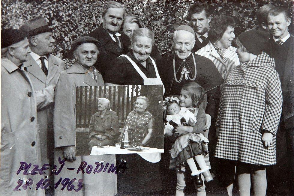 Josef Beran se v Plzni v říjnu 1963 po dlouhé době své internace setkává s rodinou. Na snímku je také teprve pětiletá Danuše. Menší fotografie zobrazuje Beranovu sestru Marii (vlevo od Josefa Berana) a vedle ní druhou Danušinu babičku. Foto: archiv rodiny