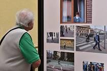 Obrazové ohlédnutí za událostí, která zasáhla životy nás všech. Takový je podtitul venkovní výstavy Plzeň v čase koronaviru, která je od 3. do 31. srpna k vidění v ulici Bedřicha Smetany.  Foto: MMP
