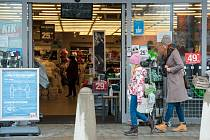 Otevření obchodů v Plzni.