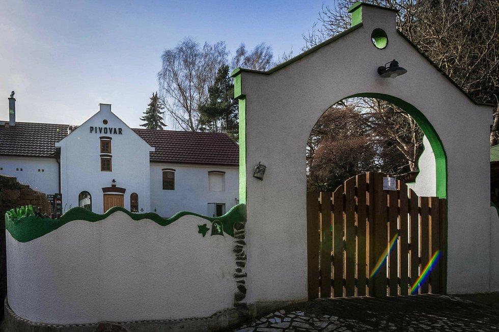Známý šťáhlavský pivovar Radouš změnil pole působnosti a usadil se na malebném statku v Druztové na severním Plzeňsku. Nově zde také vaří i pod spřízněnou značkou The Barn Beer co.