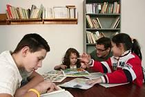 Děti z Resslovy 13 včera poprvé vyzkoušely zrekonstruované prostory, koordinátor Tady a teď Jakub Václavů jim mohl nabídnout první knížky a časopisy.