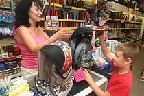 Z nepřeberného množství školních potřeb mohou rodiče i děti vybírat v papírnictví v Husově ulici, malému zákazníkovi ukazuje na snímku jeden z batohů Jana Hálová. V letošním roce je prý největší poptávka především po Šmoulech