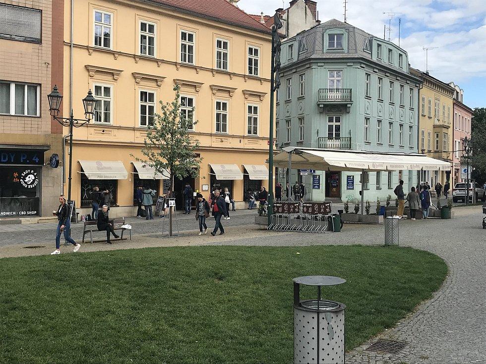 Lokál Pod Divadlem láká na skvělé pivo a na výhled na Divadlo Josefa Kajetána Tyla.