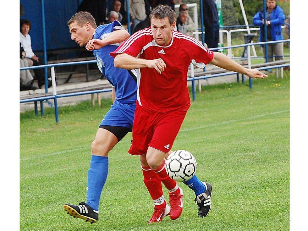 Třeboňský Hačka (vlevo) a Hovorka z Klatov bojují o míč ve víkendovém utkání třetího kola fotbalové divizní skupiny A.