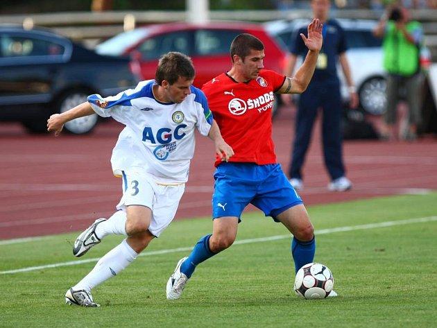 Plzeňský fotbalista Jan Rezek vpravo) si kryje balon před dotírajícím Alešem Hanzlíkem z Teplic během sobotního ligového utkání, které na západě Čech nakonec skončilo 1:1.