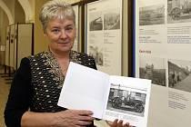 Ředitelka Studijní a vědecké knihovny Plzeňského kraje Ivanka Horáková ukazuje katalog fotografií, který vyšel u příležitosti výstavy Stará Škoda