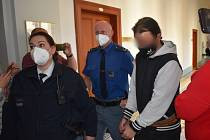 Radek Alexandr K., obžalovaný z týrání svěřené osoby, ohrožování výchovy dítěte, znásilnění a týrání osoby, u Krajského soudu v Plzni.