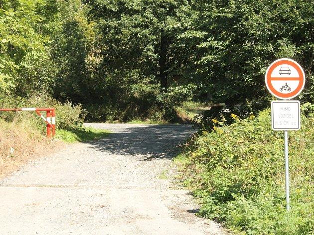 Zákaz vjezdu všech motorových vozidel platí v celé CHKO Brdy.