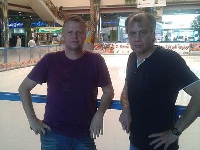 """Jiří Krbeček (vpravo) a Ondrej Duda při návštěvě obchodního centra v Tabuku, kde je vytvořena plocha s přírodním ledem. """"Vidět Araba na bruslích, to je opravdu velký zážitek,"""" říká Jiří Krbeček"""