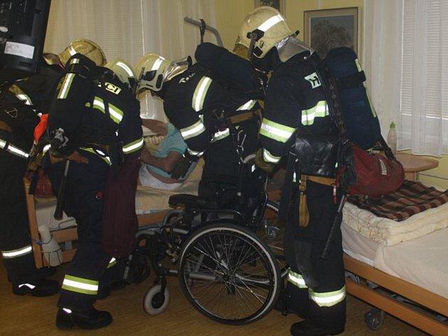 Cvičení hasičů v domově pro seniory Kopretina