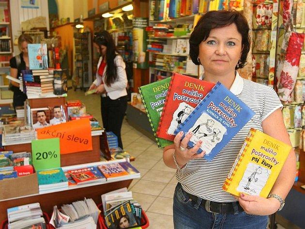 Jitka Ulbriková z plzeňského knihkupectví Nava ukazuje knihy, které jsou hitem letošního léta